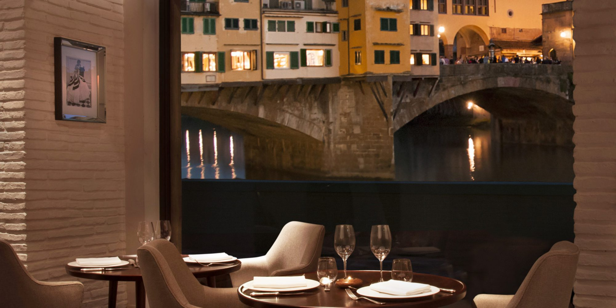 Portrait Firenze Caffè Dell'Oro is the ideal spot to enjoy traditional Italian dishes, admiring the Ponte Vecchio and the Arno river.